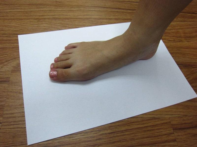 將腳板印在紙上